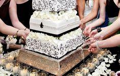 Una semejanza entre bodas americanas y peruanos es la tradicion de adivinar cual chica se casara proximo. En Peru, cuerdas estaran debajo del pastel y la chica quien recibe la cuerda con un anillo es la proxima.