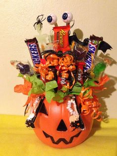 Halloween Gift Basket Ideas for Adult – Everybody knows that Halloween is a wi. Halloween G. Halloween Designs, Dulceros Halloween, Holidays Halloween, Halloween Treats, Halloween Decorations, Halloween Candy Crafts, Halloween Items, Halloween Makeup, Diy Craft Projects