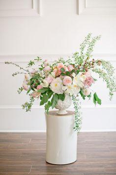 …que desta vez é um centro de mesa magnífico!  Flores de Amy Osaba, fotografia de Jeremy Harwell, visto em Ginny Branch Blog.
