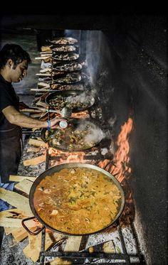 La paella es la comida más popular de España. Esta comida es una mezcla de arroz vegetales, frutas de mar, y carne. La paella tradicional es preparado en un sartén muy grande.