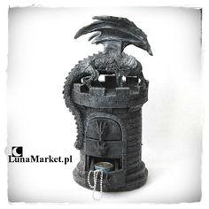 Szkatułka na pierścionki z kształcie okrągłej wieży z szufladkami, na której szczycie siedzi smok. #szkatulka #gotyckiedodatki #gotyckisklep #smok