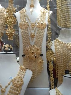 Bahrain design Arabic Jewelry, Indian Jewelry Earrings, Bridal Jewelry, Gold Earrings Designs, Gold Jewellery Design, Pakistani Jewelry, Diamonds And Gold, Mehandi Designs, Gold Bangles