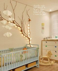 Eclairage d'ambiance dans la chambre du nourrisson avec cette guirlande lumineuse accrochée à un arbre. Crédit photo : Pinterest/fabulousideas.fr