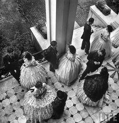 Parejas tomando café en el porche de la Mansión Antebellum, una fiesta que se llevó a cabo por los cadetes de la Escuela de Aviación Militar  local en Mississippi , EE.UU. en 1945