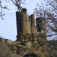 Château du Tournel 13° et 14°s: logées au coeur d'une vallée abrupte et sauvage, ces ruines restent imposantes malgré leur état de délabrement. Le château situé à la base d'un éperon est lui même perché sur une arête rocheuse qui définit son plan étroit. En arrière se dressent les ruines d'un village totalement déserté. Construit pour l'essentiel au 13°s, la place est abandonnée depuis le début du 17°s