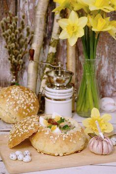 Wielkanocny żurek w chlebie to dla mnie podstawa na świątecznym stole. Chlebki są przepyszne i zwarte, wytrzymają też dolewkę żurku :) Table Decorations, Food, Meals, Dinner Table Decorations, Center Pieces