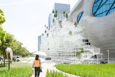 located next to the shanghai himalayas art museum, sou fujimoto envision pavilion serves as a space for events and talks.