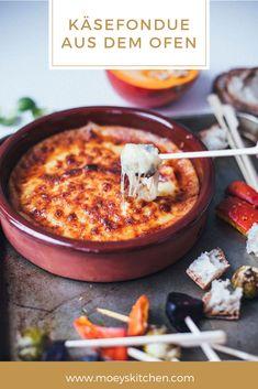 Rezept für leckeres Käsefondue aus dem Ofen mit geröstetem Wintergemüse | Fondue mit Brie, Gruyère und Cheddar - beliebig abzuwandeln! | moeyskitchen.com #käsefondue #ofenfondue #fondue #käse #wintergemüse #gemüse #foodblogger #rezepte Winter Vegetables, Snacks, Different Recipes, Cheese Recipes, Healthy Lifestyle, Bbq, Food And Drink, Veggies, Appetizers