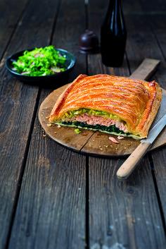 Kombinace lososa, špenátu a pórku je dokonale jarní. Efektně zabalená ryba se hodí i na slavnostnější chvíle, a přestože její příprava může vypadat složitě, je to vlastně ten nejjednodušší způsob, jak připravit skvělou a perfektně šťavnatou pochoutku.