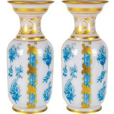 Par de vasos em opalina Baccarat, nas cores branco e azul. França. Séc. XIX. 30 cm. Base R$ 6.000,00