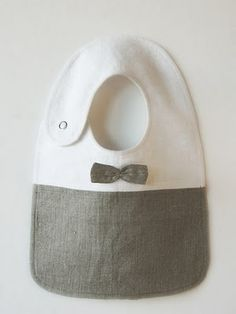 Babador para menino de tecido com gravatinha borboleta.