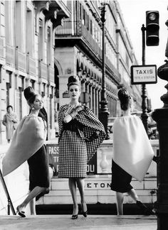 Models wearing dresses and triangular capes by Pierre Cardin, photo by Rico Puhlmann, Paris, Stern magazine, March 1962 Moda Retro, Moda Vintage, Vintage Dior, Vintage Glamour, Vintage Beauty, Vintage Dresses, Vintage Outfits, 1960s Dresses, Vintage Paris