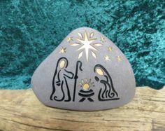 Una arena piedra grabada, única, natural conjunto Natividad para comenzar o añadir a su colección. Celebrar cada Navidad, alegremente con este conjunto de sagrada familia. Este listado está para ~ 1 ~ grabado de piedra natural, sistema de la Natividad. (colores y formas pueden variar) El conjunto incluye 3 ~ ~ piedras glaciar: ---Niño Jesús ---Joseph ---Mary Estas piedras de río hale del Valle del río Snake en las montañas rocosas de Idaho. Cada piedra mide aprox. 4 de altura. El b...