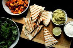 quesadillas-de-batata-frijoles-y-kale-con-guacamole