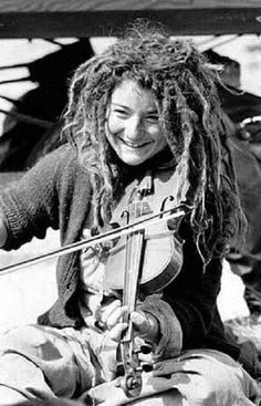 Dreadlocks and violin? Smiling People, Hippie Culture, Hollywood Undead, Dreadlocks, Good Smile, Retro Hairstyles, Hippie Gypsy, Interesting Faces, Concert Posters