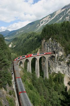 Glacier Express on Landwasser Viaduct, Switzerland (by Effimera59).