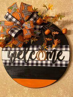 Fall Crafts, Halloween Crafts, Wooden Door Signs, Wooden Wreaths, Fall Door, Craft Show Ideas, Dollar Tree Crafts, Fall Wreaths, Decoration