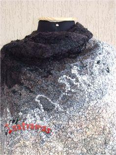 Detalhe da Capa godê duplo com 0,70 m a partir do decote (cobre o braço todo). Tecida em lã de carneiro penteada com tramas de linha de seda e entrelaçamento de fios de lã de novelo, linhas, retalhos, fitas, sianinhas, rendas, etc.