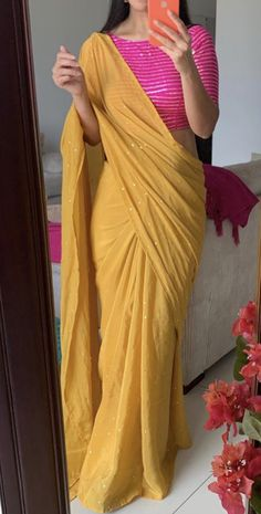 Sari Design, Sari Blouse Designs, Fancy Blouse Designs, Blouse Patterns, Trendy Sarees, Stylish Sarees, Stylish Dresses, Indian Designer Outfits, Indian Designer Sarees
