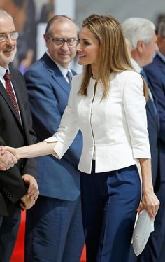 04 July 2014 Queen Letizia attended the ceremony of the anniversary of the Red Cross in Spain and the Day of the Red Cross and the Red Crescent held in Madrid Hollywood Fashion, Royal Fashion, Trajes Business Casual, Business Attire, Blazers For Women, Suits For Women, Estilo Real, Queen Letizia, Professional Outfits