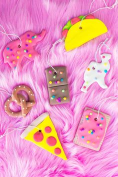 Make these Easy, Fun and Colorful DIY Food Ornaments (the animals are animal crackers!) for your Christmas Tree! Add to your existing tree or use a small colorful one like she did! Pink Christmas, Christmas Candy, All Things Christmas, Christmas Time, Christmas Ornaments, Xmas, Funny Christmas, Christmas Design, Christmas Crafts For Kids To Make