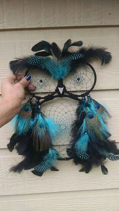 DIY Blue Feather and Bead Dream Catcher. This dream catcher is an attractive one made… Doily Dream Catchers, Dream Catcher Craft, Dream Catcher Quotes, Making Dream Catchers, Beautiful Dream Catchers, Owl Crafts, Diy And Crafts, Arts And Crafts, Geek Crafts