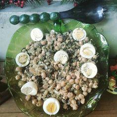 Salada de bacalhau com grão de bico. 500 gramas de grão de bico cozido. 400 gramas de bacalhau dessalgado e desfiado. 100 gramas de azeitonas verdes. sal à gosto salsinha e cebolinha. Azeite orégano Misture todos os ingredientes e leve à geladeira e siva com os ovos cozidos. #summer #food#xmas#summer#natale Salad of cod with chickpeas. 500 grams of cooked chickpeas. 400 grams of desalted and shredded cod. 100 grams of green olives. salt to taste parsley and chive. Olive oil oregano Mix all…