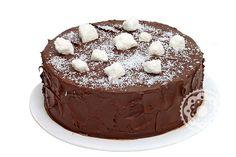 Bolo Beijo Doce: Aquele pedaço de bolo reconfortante que só um verdadeiro bolo de chocolate com beijinho pode trazer?! Combinamos bolo de chocolate com recheio cremoso de beijinho e cobertura de creme de chocolate, decorado com balas de coco e coco ralado.