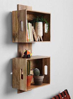 caisse en bois deco faire étagère avec vieilles caisses de vin caissettes de pommes cagettes anciennes idee deco bibliothèque diy pas chere rangement livres recyclé meuble design boite