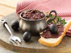 En desayuno o en el lonche siempre cae bien comer un pequeño aperitivo. Si no sabes qué preparar, aquí te damos la receta de un rico paté de aceitunas negras.