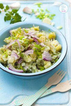 Ten przepis na sałatkę ziemniaczaną bije wszelkie rekordy popularności na wszystkich imprezach grillowych. Sałatka jest lekka, gdyż nie doprawiam jej żadnym ciężkim sosem. Wystarczą młode ziemniaki… B Food, Slow Food, Clean Recipes, Cooking Recipes, Vegetarian Recipes, Healthy Recipes, Easy Salads, Side Salad, Food Design