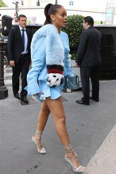 Rihanna Rihanna Dónde: de compras por París.   Qué: vestido camisero azul con volantes, de Marques'Almeida; sandalias Riri en azul con tiras atadas al tobillo, de Dsquared2; bolso azul metalizado, de Dior y estola de pelo multicolor, de Fendi.