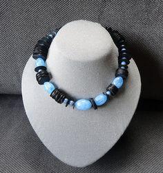 Zwart met blauwe halsketting van AnnesSierraad