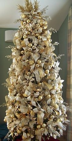 When it comes to decorating, my favourite part is the TREE. I love to create a beautiful Christmas tree. Here is the Ultimate christmas tree Inspiration! Ribbon On Christmas Tree, Christmas Tree Themes, Noel Christmas, Holiday Tree, Christmas Tree Decorations, White Christmas, Decorated Christmas Trees, Champagne Christmas Tree, Silver Christmas Tree