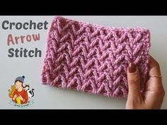 Learn how to crochet the graceful arrow stitch with this easy to step by step tutorial for beginners if you like crochet patterns with special style this arrow stitch is a perfect technique for you Crochet Stitches For Beginners, Crochet Stitches Patterns, Crochet Videos, Knitting For Beginners, Crochet Designs, Stitch Patterns, Knitting Patterns, Manta Crochet, How To Purl Knit