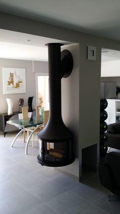 Une prouesse technique avec une cheminée Léa suspendue Bordelet à ANGLET by l'Atelier du Feu Bayonne Anglet Biarritz Pau Dax Metal Fireplace, Decor, Hammock Chair, Lighting, Lamp, Home Improvement, Home Decor, Vase, Fireplace