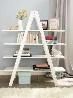 Aus einer alten Leiter vom Sperrmüll oder Flohmarkt bauen wir ein neues Regal, dass in egal in welchem Zimmer richtig was her macht. Nachmachen? Unbedingt!