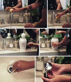 Tire manchas da torneira com limão, deixe a escova sanitária de molho no desinfetante, use esmalte incolor nas latinhas de produtos de beleza para não enferrujar a pia, use um pincel de rímel antigo para limpar o ralo.