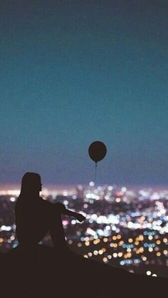 Balloon / Girl looking at the city