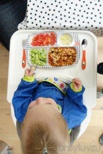 Voor het eerst met de pot mee eten - tomaatjes, komkommertjes, macaroni bolognese en kaassnippers