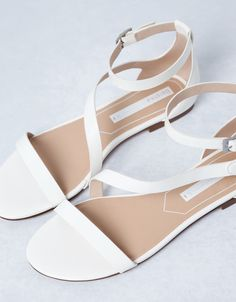 Sandalia Básica Bershka - Sandalia Plana - Bershka España Coral Sandals, White Sandals, Bare Foot Sandals, Bride Shoes, Prom Shoes, Trendy Sandals, Wedge Wedding Shoes, Fashion Heels, Baskets