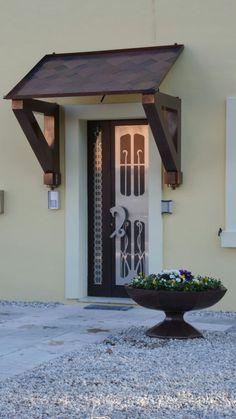 Cornice per porta esterna : con un po' di creativita' e una spesa contenuta possiamo trasformare un semplice portoncino in alluminio, by Zambaldo Design