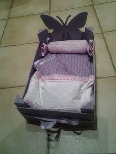 Transform a crate of clementines into a doll bed. Welcome to Cléo-fée Baby Alive, New Dolls, Baby Kind, Doll Furniture, Diy Doll, Miniature Dolls, Doll Accessories, Kids And Parenting, Diy For Kids