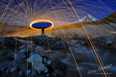 Image: Gary Randall Man Made Meteor Shower Me convierto en llamarada, en fuego recalcinante que penetra mis sesos, que penetra mis huesos y sana mis cuerpos. Me creo una corona de rayos y colores para protegerme de los destructores de mis sueños.