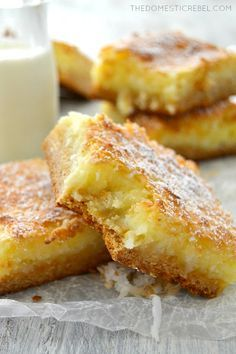 These Coconut Cream Pie Gooey Bars are AMAZING! This EASY recipe tastes JUST like coconut cream pie but in a gooey, chewy bar form! Sweet, nutty and bursting with coconut flavor! by coleen Kokos Desserts, Coconut Desserts, Köstliche Desserts, Coconut Recipes, Delicious Desserts, Dessert Recipes, Yummy Food, Coconut Cakes, Lemon Cakes