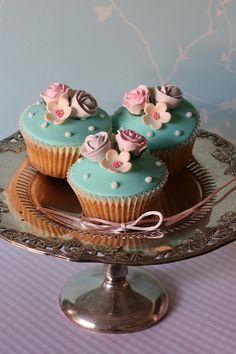 Flower cupcakes by kylie lambert (Le Cupcake), via Flickr