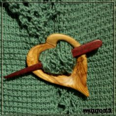 Olivenhjerte - Brooch / sjawlpin carved in Olive wood and Purple Hart wood.