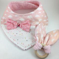 Voici ce que je viens d'ajouter dans ma boutique #etsy: Bavoir bandana SUPER ÉVOLUTIF + hochet naissance anneau de dentition nuages et pois