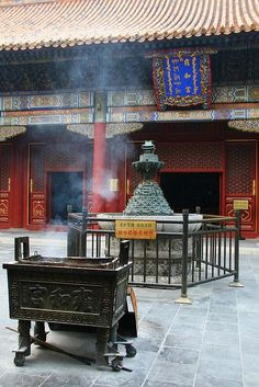 Der von einer kaiserlichen Residenz umgebauten Yonghegong ist einer der größten lamaistischen Tempel außerhalb Tibets, in der Haupthalle ist die grösste Holz Buddha Figur zu bestaunen.