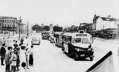 Inauguração do trecho final da Avenida Presidente Vargas em Março de 1944. Inicialmente, apenas 11 linhas trafegavam nesse trecho da avenida. Vemos aí um ônibus Chevrolet da Viação Carioca na linha 11 Tijuca - Ipanema, seguido por um da linha 14 Leopoldina - Mourisco, da Viação Estrela do Norte. Mais ao fundo um ônibus da Viação Excelsior. Foto do jornal A Noite.